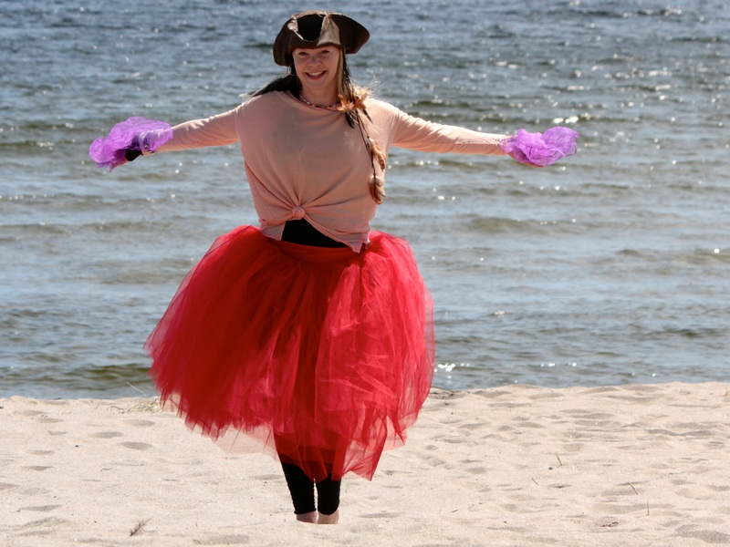 Pirate Sessa is dancing on the beach